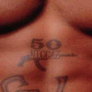 """5 -AK-47 com a inscrição """"50 Niggaz"""" - Segundo Tupac, 50 negros, um de cada estado norte americano seria o suficiente para se criar a mais poderosa das armas."""